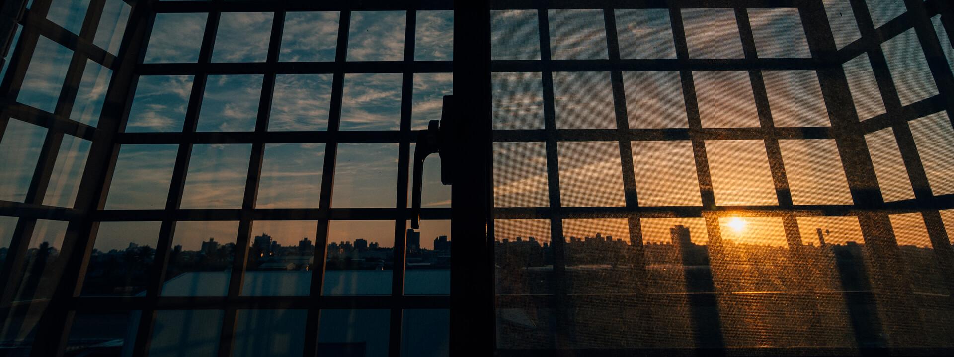 ציפוי חלונות כהים וחלבי - קאבר דיזיין היופי שבציפוי